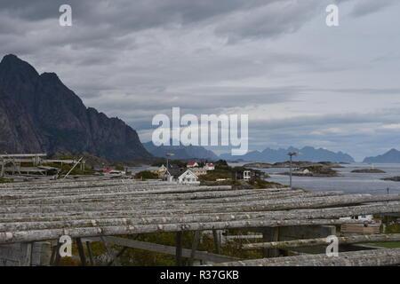 Lofoten, Norwegen, Henningsvær, Svolvær, Hafen, Dorf, Fischereihafen, Fischerboot, Leuchtturm, Wärterhaus, Trockengestell, Stockfisch, Sender - Stock Photo