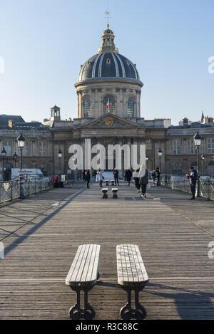 Paris. Le pont des Arts et l'Institut de France - Stock Photo