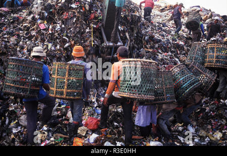 11.08.2009, Jakarta, Java, Indonesia, Asia - Indonesian garbage collectors are searching for recyclable materials at the Bantar Gebang landfill. - Stock Photo