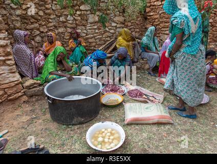 Harari women preparing camel meat for a muslim celebration, Harari Region, Harar, Ethiopia - Stock Photo