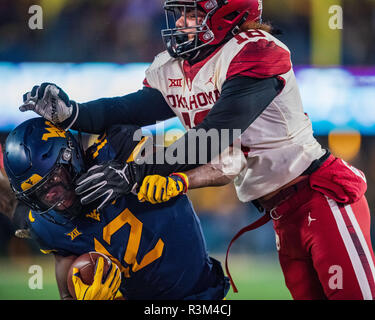 sports shoes b7b9c c8d46 Oklahoma Sooners linebacker Curtis Bolton (18) and West ...