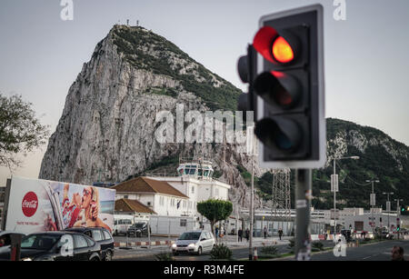 23 November 2018, Spain, La Linea de la Conception: A traffic light at the border crossing between the Spanish La Linea de la Conception and Gibraltar is red. Behind it you can see the rock of Gibraltar. After the broad agreement between Britain and the European Union, Gibraltar - the monkey rock - is one of the last stumbling blocks before the conclusion of a comprehensive Brexit agreement on Sunday. Photo: Frank Rumpenhorst/dpa - Stock Photo