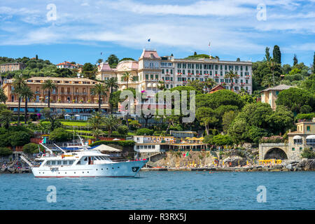 Italy, Liguria, Golfo del Tigullio, Yacht in front of Santa Margherita Ligure - Stock Photo