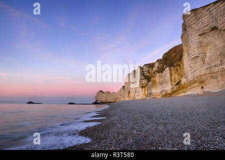 France, Normandie, Etretat, view to Porte d'Amont with beach in the foreground - Stock Photo