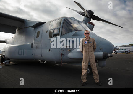 USA, Oregon, Hillsboro, MV-22 Osprey and the copilot from the demonstration flight at Oregon International Airshow. Stock Photo