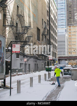 Deliveryman on East Benton Place, Chicago in the snow - Stock Photo