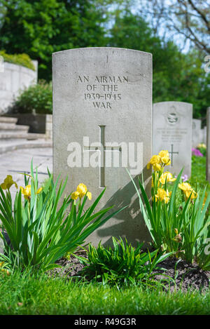 British Commonwealth war grave, view of a well tended headstone of an unknown Allied airman who died in WW2, Poznan (Posen) Garrison Cemetery, Poland. - Stock Photo
