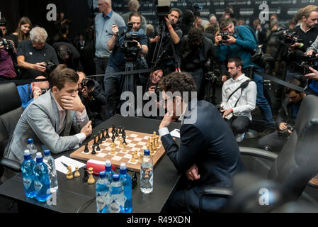 London, UK.  26 November 2018.  Magnus Carlsen (L) of Norway competes against Fabiano Caruana (R) of the United States in the 12th game of the World Chess Championship taking place at The College in Holborn.  The 12 game match is currently tied after 11 draws.   Credit: Stephen Chung / Alamy Live News - Stock Photo