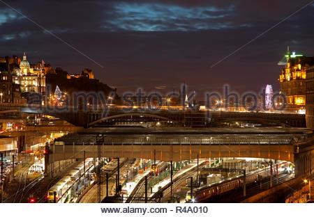 Edinburgh, Scotland, UK. 26 Nov. 2018. Weather, a calm cloudy dusk over Edinburgh city centre with trains in Waverley station. - Stock Photo