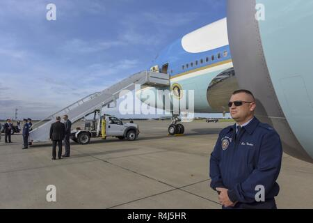 Master Sgt. Ben Norton, of the 89th Presidential Airlift Group stationed at Joint Base Andrews, stands guard in front of Air Force One at the 171st Air Refueling Wing near Pittsburgh, Oct. 30, 2018. President Donald Trump traveled to Pittsburgh after a deadly anti-semitic attack occurred on Oct. 27, 2018. - Stock Photo