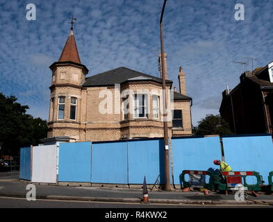 AJAXNETPHOTO. 2013. WORTHING, ENGLAND. - AWAITING DEMOLITION -  THE OLD BANK ON CORNER OF ROWLANDS AND HEENE ROAD AWAITING DEMOLITION TO MAKE WAY FOR NEW RETIREMENT HOMES LANCASTER PLACE PROPERTY DEVELOPMENT.  PHOTO:JONATHAN EASTLAND/AJAX REF:GR132109 2983 - Stock Photo