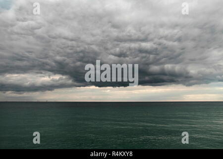 AJAXNETPHOTO. 2018. WORTHING, ENGLAND. - CALM BEFORE THE STORM - BROODING LOW STRATUS CLOUD HOVERS OVER MENACING DARK SEA LOOKING OUT ACROSS THE CHANNEL. PHOTO:JONATHAN EASTLAND/AJAX REF:GR181509_8452 - Stock Photo