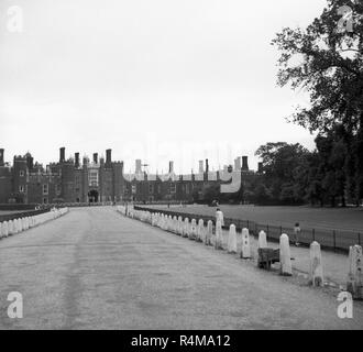 1950s, exterior of Hampton Court Palace, England, UK, a royal palace buit in 1515 for Cardinal Thomas Wolsey and King Henry VIII. - Stock Photo