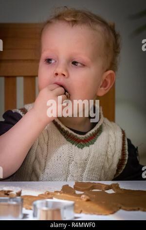Gemeinsames Plätzchenbacken in der Familie - Stock Photo