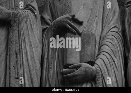 Photographie d'un détail de mains issus des sculptures d'ébrasements de la cathédrale de Chartres - Stock Photo