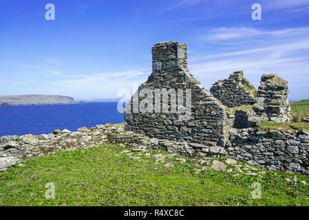 Ruined crofter's house at the Strand on Strandburgh Ness / Strandibrough on the island Fetlar, Shetland Islands, Scotland, UK - Stock Photo