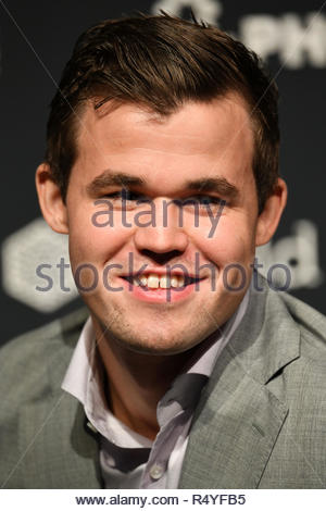 London, UK. 28th Nov, 2018. Magnus Carlsen wins from Fabiano Caruana in the World Chess Championship. Credit: Bart Lenoir/Alamy Live News - Stock Photo