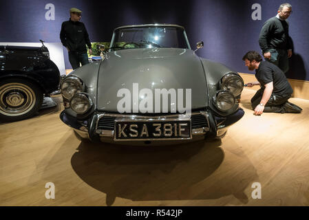 London, UK. 29th Nov, 2018. Technicians prepare a 1966 Citroën DS 21 Decapotable (Est. GBP150,000-180,000). Preview of a sale of 'Fine Collectors' Motor Cars' at Bonhams, New Bond Street. 30 vehicles will be offered for sale on 1 December. Credit: Stephen Chung/Alamy Live News - Stock Photo