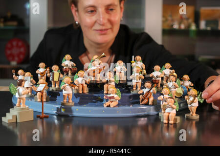08 November 2018, Saxony, Grünhainichen: An employee of the Wendt&Kühn manufactory presents a mountain of angels with figures of angels from Grünhainich. Carving and the production of wooden toys are still an important branch of the economy in the Erzgebirge. The spectrum ranges from the classic two-man family business to large medium-sized companies. With almost 200 employees, Wendt&Kühn is one of the larger companies in the industry. Photo: Jan Woitas/dpa-Zentralbild/dpa - Stock Photo