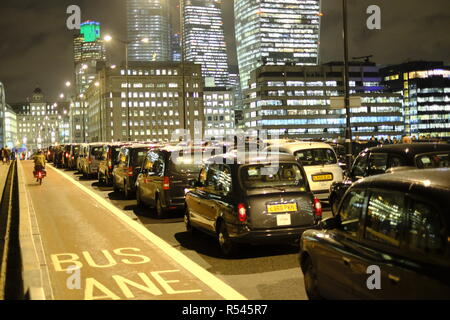 London, UK, 28th November, 2018. London cabbies block London Bridge. Credit: Martin Kelly/Alamy Live News. - Stock Photo