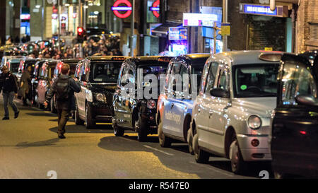 Tooley Street, London, UK. 29th Nov 2018. London Taxi drivers have blocked a lane in Tooley Street by forming two long black cab queues, to protest for their right to use bus lanes and for better road management. Today's protest concerns plans to make a section of Tooley Street near London Bridge bus-only, thereby restricting access for taxis. London cabbies have repeatedly protested and blocked roads over traffic management measures in the last week. Credit: Imageplotter News and Sports/Alamy Live News - Stock Photo