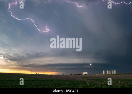 Lightning in the anvil of a supercell thunderstorm with an ufo mothership wallcloud. This storm over northeast Colorado showed clear signs of rotation. - Stock Photo