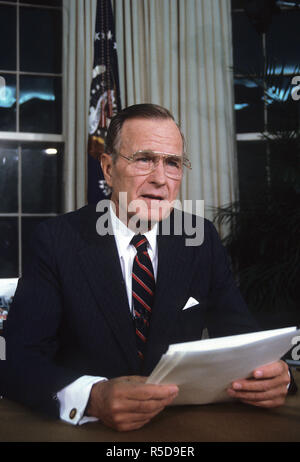 30 November 2018. ***FILE PHOTO*** George H.W. Bush Has Passed Away Washington DC., USA, September 27, 1991 President George H.W. Bush gives televised speech from the Oval Office on Nuclear Arms Reduction. Credit: Mark Reinstein/MediaPunch Credit: MediaPunch Inc/Alamy Live Credit: MediaPunch Inc/Alamy Live News - Stock Photo