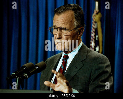 30 November 2018. ***FILE PHOTO*** George H.W. Bush Has Passed Away Washington, DC., USA, October 4, 1991 President George H.W. Bush conducts a mini news conference in the press briefing room of the White House. Credit: Mark Reinstein/MediaPunch Credit: MediaPunch Inc/Alamy Live News Credit: MediaPunch Inc/Alamy Live News Credit: MediaPunch Inc/Alamy Live News - Stock Photo
