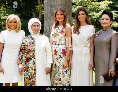 Buenos Aires, Argentina. 1st December, 2018. Argentina. 1st December 2018. Buenos Aires, Argentina. 30th November 2018. Argentine First Lady Juliana Awada, center, poses with spouses of the G20 leaders at the Villa Ocampo November 30, 2018 in San Isidro, Buenos Aires, Argentina. Standing from left to right are: French First Lady Brigitte Macron, Turkish First Lady Emine Erdogan, U.S. First Lady Melania Trump, Argentine First Lady Juliana Awada and Chinese First Lady Peng Liyuan. Credit: Planetpix/Alamy Live News Credit: Planetpix/Alamy Live News - Stock Photo