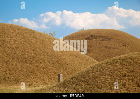 Korea, Gyeongsangbuk-do, Gyeongju, Tumuli Park, Daereungwon Royal tombs - Stock Photo