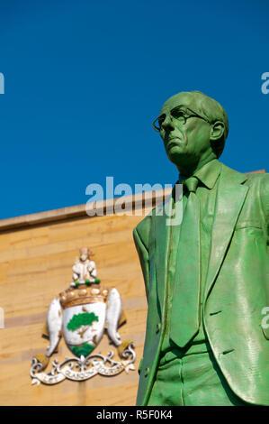 UK, Scotland, Glasgow, Sauchiehall Street, Statue of Donald Dewar outside Glasgow Royal Concert Hall - Stock Photo