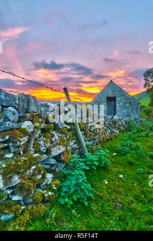 UK, England, Derbyshire, Peak District National Park, River Manifold Valley near Ilam,dry stone wall and barn - Stock Photo