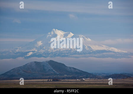 USA, California, Northern California, Northern Mountains, Grenada, view of Mt. Shasta, elevation 14,162 feet from Route 5 - Stock Photo