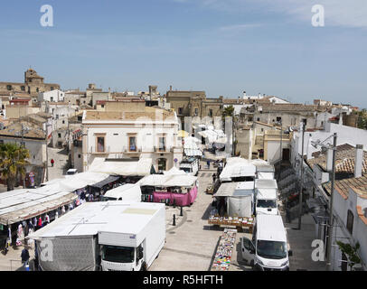 The hilltop town of Miglionico in Basilicata, Southern Italy on market day - Stock Photo