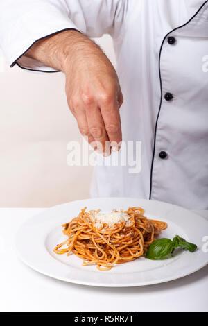 Koch und ein Nudelgericht - Stock Photo