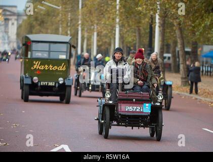 The Mall, London, UK. 4 November 2018. Bonhams London to Brighton Veteran Car Run 2018, Harrods lorry on The Mall after the dawn start in Hyde Park. - Stock Photo