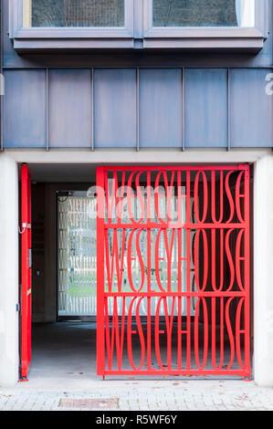 Entrance gates to Wesley House in Jesus Lane, Cambridge. Designed by the Cardozo Kindersley Workshop. - Stock Photo
