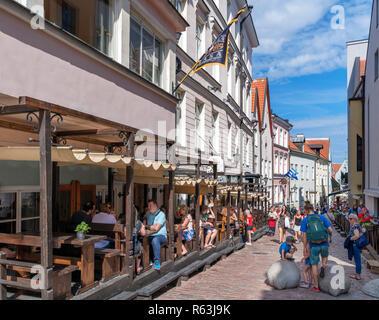 Restaurants on Dunkri in the historic Old Town (Vanalinn), Tallinn, Estonia - Stock Photo