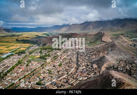 Aerial view of the walled Gyantse town in Tibet - Stock Photo