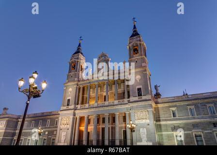 Die Almudena Kathedrale von Madrid in der Dämmerung - Stock Photo