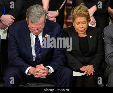 Washington, United States Of America. 03rd Dec, 2018. Former Governor Jeb Bush (Republican of Florida) and his wife, Columba, bow their heads in prayer during the ceremony honoring former United States President George H.W. Bush, who will Lie in State in the Rotunda of the US Capitol on Monday, December 3, 2018. Credit: Ron Sachs/CNP (RESTRICTION: NO New York or New Jersey Newspapers or newspapers within a 75 mile radius of New York City) | usage worldwide Credit: dpa/Alamy Live News - Stock Photo