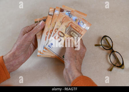Symbolic photo, pension, senior, hands, money, Symbolfoto, Rente, Seniorin, Haende, Geld - Stock Photo