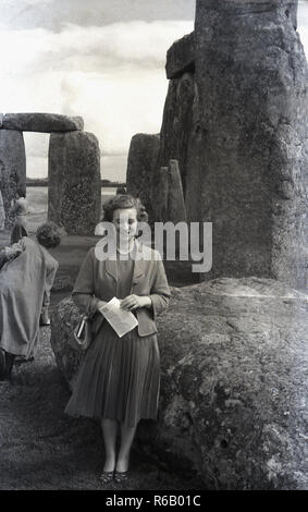 1940s, historical, a lady at Stonehenge, an ancient prehistoric ring of standing stones, Wiltshire, England, UK. In this era, visitors to the site were able to wander freely around the stones. The history of who owned the site and how the stones arrived there is a fascinating story. - Stock Photo