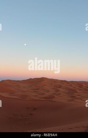 Mond über Sanddünen der Sahara - Stock Photo