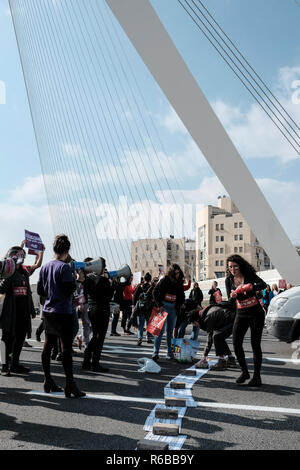 Jerusalem, Israel. 4th December, 2018. Protesters partially block the main entrance to Jerusalem adjacent to the Chords Bridge. A one day nationwide w - Stock Photo