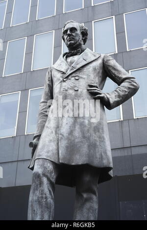 Robert Stephenson statue, outside Euston Station, central London, England, UK. Born 16th Oct. 1803, died 12th Oct 1859. - Stock Photo