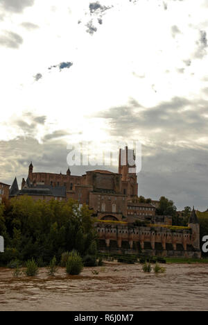 Skyline of the medieval town of Albi and the tower of La Cathedrale of Sainte Cecile on banks of La Tarn river, hence its name 'Albi la rouge' in sout - Stock Photo
