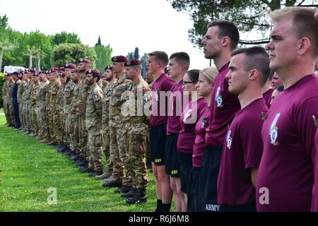 U.S. Army Paratroopers assigned to 1st Battalion, 503rd Infantry Regiment, 173rd Airborne Brigade, Italian Army Paratroopers from the 4th Regimento Paracadutisti Alpini and the Brigata Folgore, and Italian Army Lagunari soldiers during the closing ceremony at lake Garda near Pacengo, Italy, May 18, 2017.. - Stock Photo