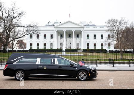 Washington DC, USA. 4th December, 2018. The presidential hearse carrying the casket of former President George H.W. Bush passes the White House en route to the Washington National Cathedral after laying in state at the U.S Capitol December 5, 2018 in Washington, DC. Bush, the 41st President, died in his Houston home at age 94. Credit: Planetpix/Alamy Live News - Stock Photo