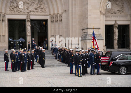 Washington DC, USA. 5th Dec 2018. Funeral Service for George HW Bush-December 6, - The casket arrives at Washington National Cathedral for the funeral service of George H. W. Bush Credit: Donovan Marks/Alamy Live News - Stock Photo